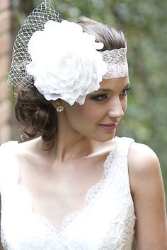 Headband de renda com elastano Betina, aplique de uma linda rosa em organza com um delicado voilette para noivas R$ 380,00. Brinco Glória, de prata com aplique de pérola natural R$ 280,00.