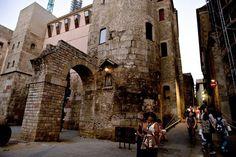 La Plaza Nova conserva restos de la muralla romana de la ciudad.
