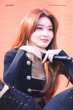 (Credits to the real owner/s) Korean Girl, Asian Girl, Kim Chanmi, Chung Ah, Kim Chungha, Fandom, Pretty Asian, Poses, Soyeon
