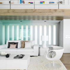 A cor protagonista de todo o projeto é o branco e, com ele, foi possível aproveitar a incidência da luz natural em toda a casa que é dividida em cinco áreas. A sala de estar possui grandes portas para que o exterior entre na casa e, quando sentado ao sofá, possa se sentir o mar. Veja esse projeto no MiMostra!