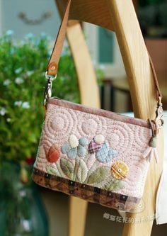 懒猫花花的拼布故事_新浪博客 Japanese Patchwork, Japanese Bag, Patchwork Bags, Quilted Gifts, Quilted Bag, Work Handbag, Craft Bags, Applique Quilts, Beautiful Bags