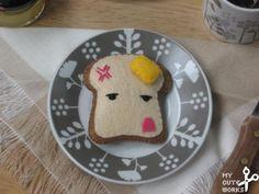Broche de fieltro de tostada kawaii