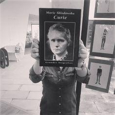 Hoxe #MarieCurie deséxavos un #BookFaceFriday ! Ela xa está cansa de toda a semana, así que toca unha #finde de #relax. #venres #viernes #friday #BookFace