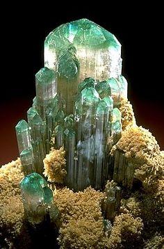 Tourmaline verte du Brésil (pièce de l'expo Mineraux Munich)                                                                                                                                                                                 Plus
