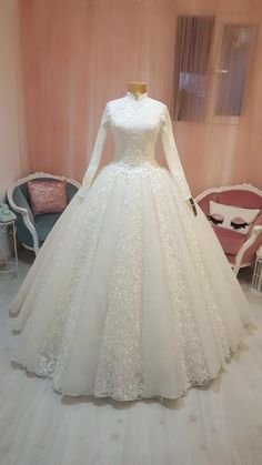 Different Styles Of Wedding Dresses. There are several designs of bridal gown, practically as many styles of wedding dresses as there are shapes of women. Muslimah Wedding Dress, Modest Wedding Gowns, Muslim Wedding Dresses, Wedding Hijab, Bridal Dresses, Bridesmaid Dresses, Hijab Dress Party, Dress Vestidos, Beautiful Dresses