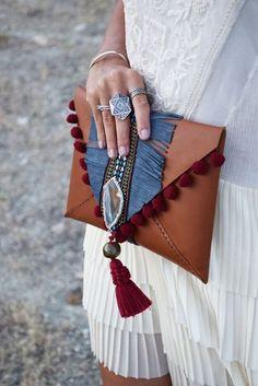 Un bolso muy boho muy folk Best Leather Wallet, Leather Clutch, Leather Handbags, Leather Tooling, Leather Jewelry, Leather Bags Handmade, Handmade Bags, Handmade Bracelets, Pochette Diy