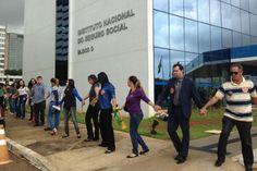 Brasília - Para lembrar o Dia Nacional dos Aposentados e Dia da Previdência Social, e em protesto contra a reforma da Previdência, representantes do movimento nacional A Previdência é nossa! Pelo Direito de se Apo