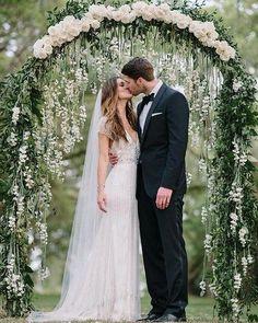 Tô aqui sem saber se olho para o casal apaixonado pro vestido vintage ou pra esse painel de flores maravilhoso!