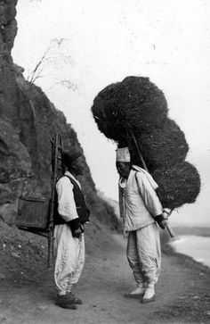 the photos by Shannon McCune around 1900 in Korea Korean Photo, Korean Art, Old Pictures, Old Photos, Vintage Photographs, Vintage Photos, African Sculptures, Korean People, Korean Aesthetic