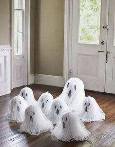 Petits fantômes sympathiques pour décorer l'entrée principale de la maison
