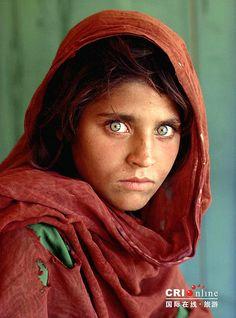 Das Porträt der Sharbat Bula kennt fast jeder © flickr / masterorz