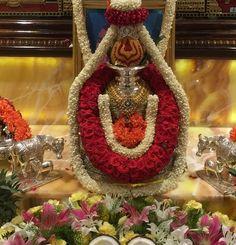 Varalakshmi Vratham or Varalakshmi Vrat is the festival to appease Goddess Lakshmi, the consort of Lord Vishnu. Housewarming Decorations, Diy Diwali Decorations, Wedding Stage Decorations, Garland Wedding, Festival Decorations, Flower Decorations, Decor Wedding, Wedding Colors, Wedding Flowers