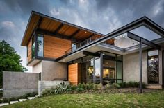Fachada de moderna casa de dos pisos grande
