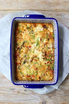 Frittata uit de oven (2 personen): 2 eieren - 100 ml melk - 1 el roomkaas met kruiden - 1/2 ui - 1/2 courgette - 1/2 prei - 1 paprika - geraspte kaas - lekker met stokbrood of rijst