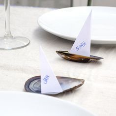 With mussels and paper you have the best summer decoration for you table. A Table, Party Time, Place Cards, Table Settings, Far, Diy Projects, Mussels, Table Decorations, Boats
