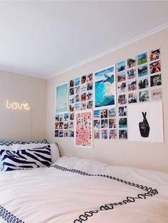 Easy DIY Dorm Decor You And Your Roommate Can Pull Off Trying to figure out some DIY dorm decor ideas that won't take all weekend but will still be super cute? Then you've come to the right DIY dorm decor list! Diy Dorm Decor, Dorm Decorations, Home Decor Bedroom, Bedroom Wall, Bedroom Ideas, Bedroom Inspo, Master Bedroom, Bedroom Simple, Girls Bedroom