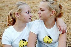 Hoy en Mundo Enfermo y Triste... Gemelas nazis adolescentes dejan el camino del fascismo luego de fumar marihuana; ahora promueven la legalización