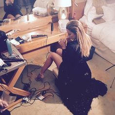 Khloe getting ready for E!s after party