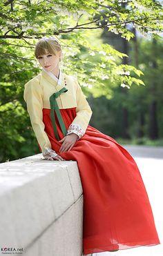 Romina Alexandra Folinus, a singer of Korea's 'Teuroteu' genre