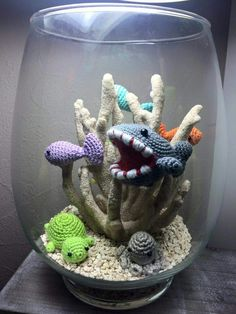 Another example of a crocheted aquarium.no pattern, just an idea Crochet Fish, Freeform Crochet, Crochet Animals, Crochet For Kids, Crochet Stitches, Crochet Amigurumi, Amigurumi Patterns, Crochet Dolls, Crochet Patterns