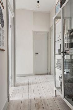 """Jag tänkte att vi skulle kika in i den här lägenheten på Birkagatan i Stockholm. Den fascinerar mig då varenda liten """"bloggfavorit"""" funnit sin plats här. När vi kommer in möts vi av ett av de så populära läkarskåpen och denna ombloggade affisch.De vanliga Bertoia-diamanterna och en mix av Wegner och Thonet. Grått, carrara och mässning. Flera …"""