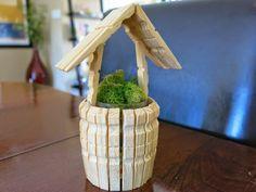 un cache pot en forme de puits fait avec des pinces à linge en bois, bricolage facile avec une pince à linge bois