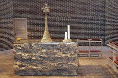 Det er teolog og billedhugger Hein Heinsen, der står bag det nye alter i Gl. Holte Kirke. Kunstværket skal afspejle offeralterets omformning til festbord. Foto:Anne Dahl Kristensen