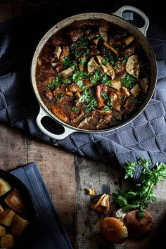 Met dit weer krijg ik altijd zin in hartverwarmende soepen en stoofschotels…… jullie ook? Dus hierbij een ontzettend lekkere en eenvoudige stoofschotel van kalfsvlees met gemengde padde…