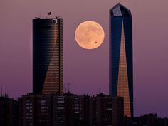 Seen here over Madrid, the supermoon did make it more difficult for stargazers to witness the annual Perseid meteor shower. Perseid Meteor Shower, Super Moon, Moon Child, Stargazing, Stars And Moon, Willis Tower, Night Skies, Science And Technology, Skyscraper