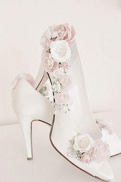 b177794f0fc5 Scarpe bianche con tacchi e rose - bride shoes- in stile shabby chic Abiti  Da
