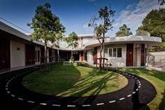 На одной из улиц Бангкока появился очаровательный детский сад, построенный по проекту архитектурного бюро Plan Architect.