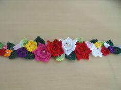Mini flores e folhas em arranjo fazendo uma linda tiara para enfeitar sua bebê As flores são presas em uma tira de cetim com 80 cm. <br>Não pode faltar em seu estúdio fotográfico. <br>Para crianças de um ano em diante com flores maiores com 6 cm de diâmetro. <br>Pode ser feita nas cores que você pedir.