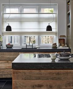 Roman Shades Topdown Bottum up. Tevens prima te onderhouden in een keuken! Luxury Apartments, Kitchen Interior, Kitchen Inspirations, Home N Decor, Kitchen Plans, New Homes, Sweet Home, Home Kitchens, Rustic Kitchen