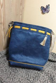 Sac seau Calypso en suédine bleue et lacet jaune cousu par Audrey - Patron Sacôtin