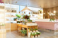 Floristeria - Sally L. Hambleton  Space is at the entrance of Gourmet Experience of the English Court of Castellana.