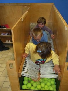 Ecole Jean Macé -- create hand-height version of this to walk or roll through (horizontal trays/bands) Motor Activities, Sensory Activities, Therapy Activities, Infant Activities, Sensory Play, Activities For Kids, Sensory Therapy, Co Teaching, Preschool Centers