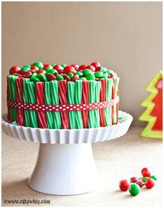 Pour décorer un gâteau de Noël à la base ordinaire, on opte pour des bonbons colorés!  (en anglais)