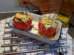 Een variatie op het thema tomaat, spinazie en ei, deze gevulde tomaat met spinazie en heel ei met een heerlijk krokant kruiden dakje.