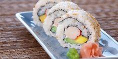 Rollo california invertido, con surimi, aguacate, pepino y alga nori que puede se acompañado con wasabi, soja y jengibre encurtido. A mi en lo personal me encanta el sushi y se los recomiendo.
