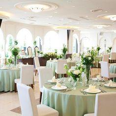 結婚式場写真「白亜のパーティ会場に爽やかなグリーン!」 【みんなのウェディング】