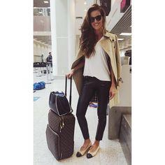 """Cosmopolitan Brasil on Instagram: """"Como ser linda na ponte aérea: com skinny de couro, sapatilha bicolor e um belo trench coat, certo @iza_goulart? A gente acabou de cruzar com a bela no aeroporto e não pode deixar de falar que, além do look, esse cabelão continua maravilhoso """""""
