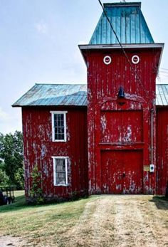 Hahaha...Cool old Barn 'Face' keeping watch over the yard!!