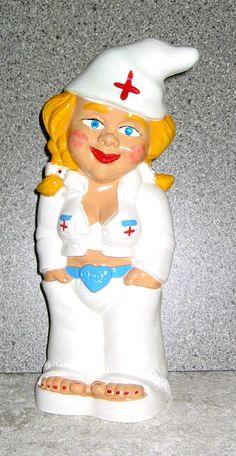 Die Gartenzwergin als Krankenschwester hat in dem langen Winter viel zu tun.   Die meisten Gartenzwerge haben Schnupfen und sind krank.  www.gartenzwerge-manufaktur.de