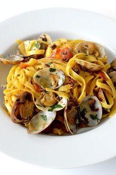 La pasta vongole o los tallarines con almejas son una receta de pasta clásica y super rapida de hacer. Almejas tomates perejil y ajo.