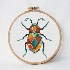 Scarabaeus - escaravelho - padrão de ponto cruz padrão geométrico ponto de cruz inseto besouro moderno Seja ousado! Experimente diferentes combinações de cores seus favoritos e tecidos para criar um novo olhar cada vez! ❤ ❤ ❤ Você sempre pode encontrar e baixá-los aqui:> Compras e comentários ❤ DETALHES DO PADRÃO ❤ Padrão PDF Stitches: 58 W x 65 H Fabric: Any fabric you like Floss: DMC (10 colors) Size: 10.90 x 12.20 cm/ 4.29 x 4.79 inch (14 count) ------- 8.50 x 9.50 cm/ 3.33...