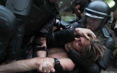 Ato contra aumento da tarifa em SP >>> Policiais prendem manifestantes após confronto durante Movimento Passe Livre (MPL) nesta sexta-feira (09), contra o aumento do transporte público em São Paulo (SP), que passou de R$ 3,00 para R$ 3,50.