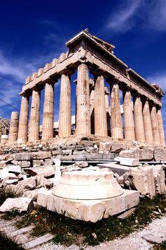 """Embora haja outras acrópoles na Grécia, o significado da de Atenas é tal que é conhecida como A Acrópole. É uma colina rochosa; abriga as mais famosas edificações.  As acrópoles da Grécia eram, como o nome diz, """"cidades altas""""; construídas no ponto mais elevado das cidades, serviam de proteção contra invasores, quase sempre cercadas por muralhas. Com o tempo, passaram a sedes administrativas. (Wikipédia - adaptado)."""