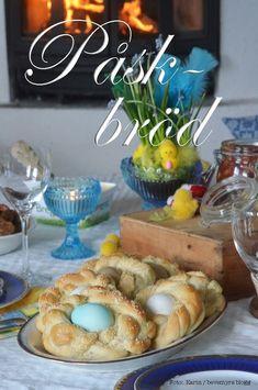 Foto: Karin / bevemyrs blogg   Att servera hembakat bröd med ägg i på påskbordet är både vackert och gott. Ägget läggs färskt i degen och blir lagom hårdkokt när brödet är färdiggräddat. Att…