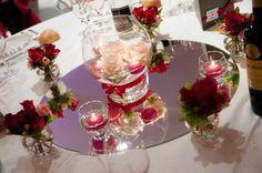 """Je loue ma décoration de table """"bulles de verre et miroirs"""".Pour celles qui ont un petit budget mais qui rêvent princesse comme moi, je vous propose de jolies centre de table composé d'un miroirs, de petits vases en forme de bulle pour y mettre selon votre choix des photophores ou des fleurs ainsi qu'un gros vase central.Pour exemple, sur les photos j'ai choisi d'y mettre les deux.Je propose cette décoration pour une capacité de 6 à 7 tables maximum Si vous souhaitez encore plus de…"""