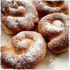 Ensaimadas gehören zu einem typisch spanischen Frühstück einfach dazu. Die berühmte Süßigkeit ist eine Schnecke aus Hefe, sie ist handtellergroß gebacken. 100